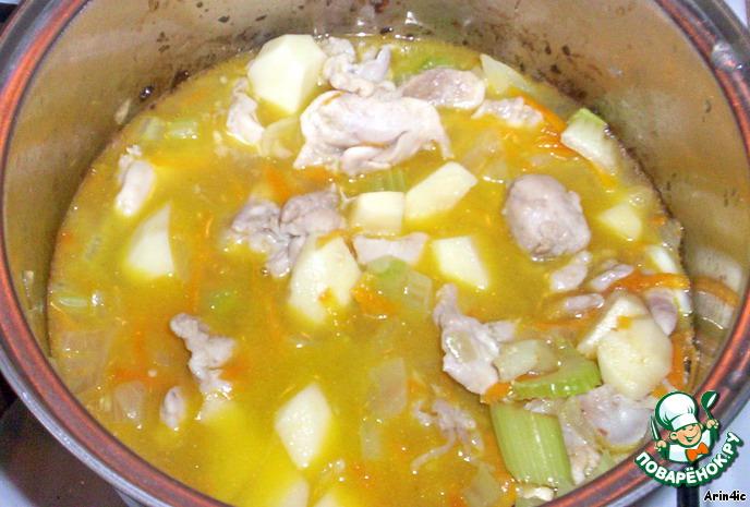 Нарежьте сельдерей и обжарьте его вместе с овощами и мясом в течении 10 минут. Положите нарезанный кубиками картофель и налейте стакан воды. Тушите на маленьком огне до готовности картофеля.