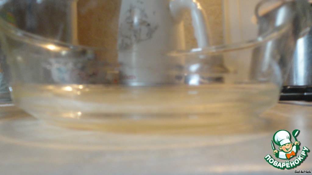 На дно формы наливаем немного желатинного бульона. Ставим в холодильник на 10-15 минут.