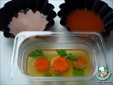 Добавляем желатин, доводим до кипения и наливаем немного в подготовленные формы. Убираем в холодильник до застывания.