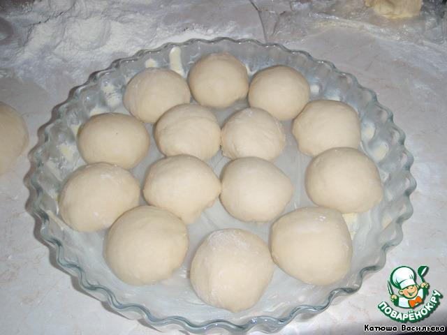 Далее делаем шарики из теста и выкладываем их в форму, смазанную сливочным маслом.