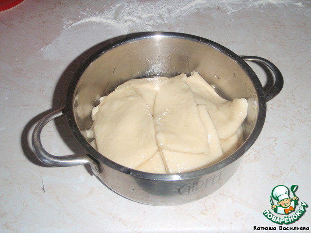 Каждый кусочек окунаем в растительное масло и складываем в кастрюлю (которую можно поставить в духовку) с крышкой, либо накрываем фольгой, сначала в один ряд, потом второй и третий (один кусочек на другой, они не прилипают) и ставим в горячую духовку.