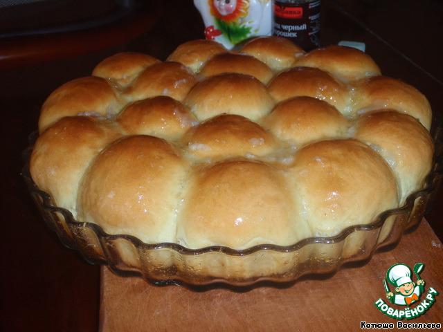 Можно также соус подавать отдельно, но тогда первые пампушки нужно смазать маслом, для блеска.