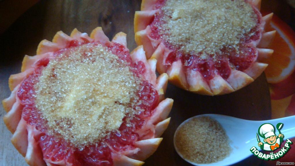 Посыпать плотным слоем коричневым сахаром.   Сахар можно заменить мёдом.