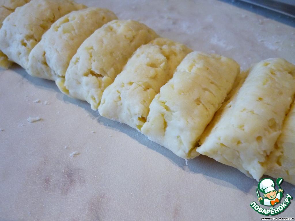 Картофель натрем на крупной терке, сыр тоже (пару столовых ложек сыра оставим для украшения). Добавим муку, желток, соль и размягченное сливочное масло. Вымесим тесто. Положить на 30 минут в холодильник.   Разделить тесто на 16 частей.