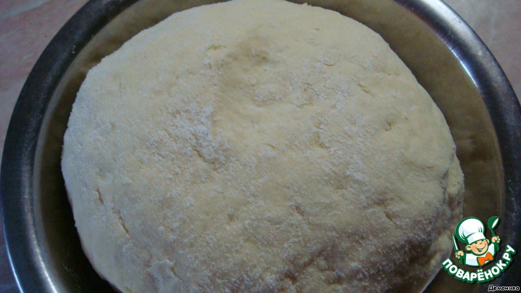 Готовое тесто отправить в холодильник на 1 час.   Тесто, положенное в пакет, замечательно хранится до 4-х дней в холодильнике, его можно даже замораживать. Когда надо - достали, раскатали, начинили, испекли - и всех удивили.