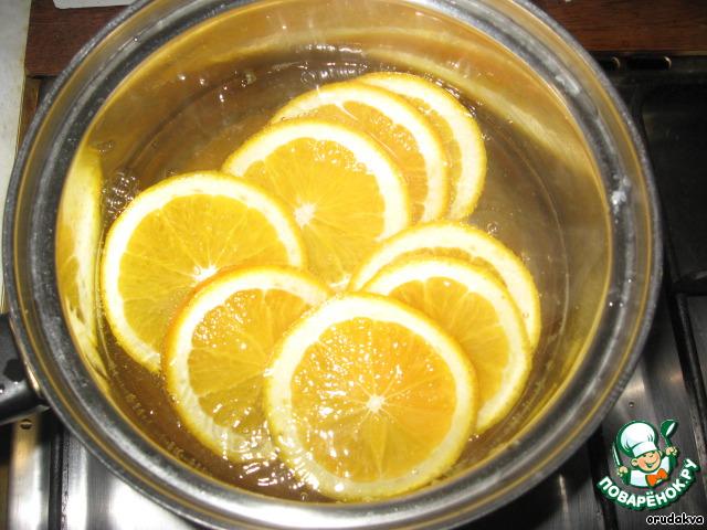 Брать апельсин лучше с тонкой кожурой. Апельсин моем и нарезаем на кусочки шириной, где-то 0,5см.   Кипятим воду, погружаем наши дольки в кипяток на 3-5 минут, чтобы вышла горечь.