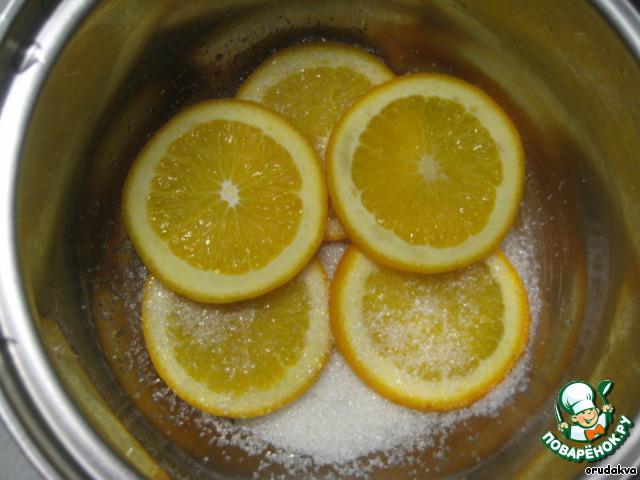 Укладываем апельсинки, пересыпая каждый слой сахаром.