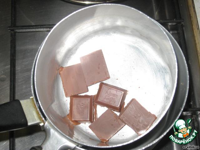 Растапливаем шоколад на водяной бане...