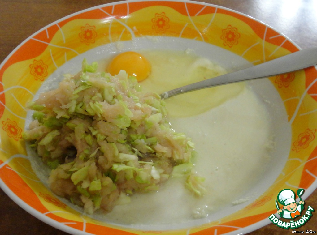 Далее добавляем перемолотую куриную грудку, яйцо, мелко нарезанную капусту.   Хорошо перемешать.