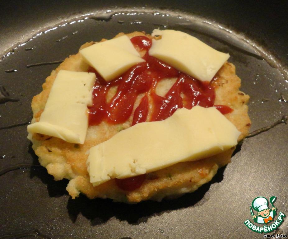 Сразу поливаем кетчупом и укладываем кусочки сыра.   По рецепту не ждут, когда сыр расплавится, подают горячую лепешку, как только она готова с другой стороны.    Я накрываю крышкой, как сыр расплавился, снимаю.