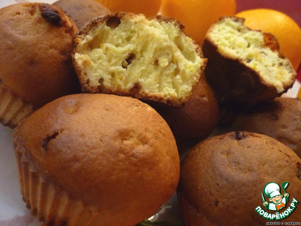 Разложить кексы по формочкам, заполнив их на 2/3. Выпекать в разогретой до 200 градусов духовке около 20 минут (пока кексы не покроются аппетитной золотистой корочкой)