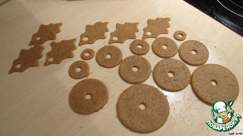 Если у вас нет форм для вырезки печенья, то сделайте из картона шаблоны 6 кругов, диаметром 8.5 -7 -6 -5 -3.5 -2.5 см, а также шаблон резного листика длиной 8 см.   Раскатать тесто толщиной 3-4 мм и вырезать детали, посередине толстой ручкой вырезаем отверстие.