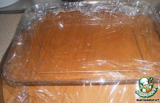 У меня есть такие симпатичные формочки, как раз остались от сухофруктов и я решила, что они идеально подойдут для рулетиков.    В оригинале средней величины квадратный противень.    Застилаем форму пленкой.