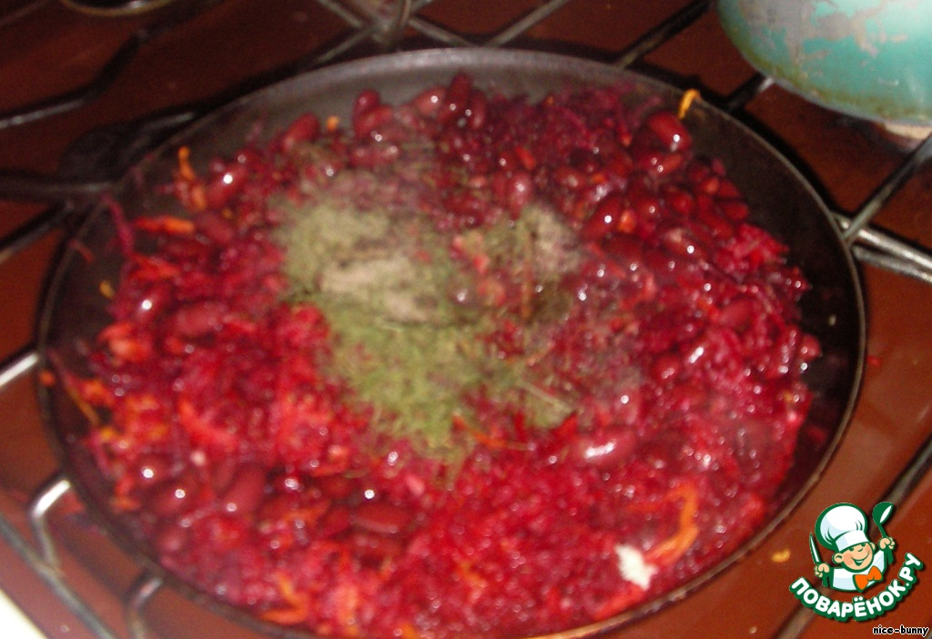 Обжариваем лук до золотистого цвета, добавляем тертую морковь, через несколько минут свеклу, поливаем лимонным соком (половины лимона, чтобы сохранился цвет свеклы), и тушим 5-10 мин. Затем зажарку солим, перчим, добавляем чеснок, фасоль (из банки предварительно слить рассол), сухую зелень и тушим еще минут 7.