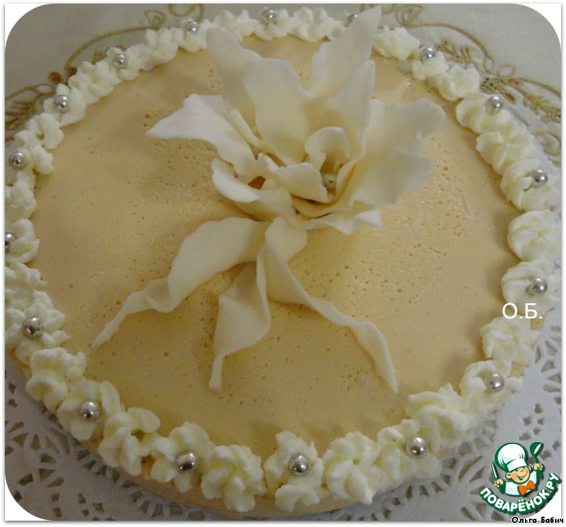 Готовый торт украсить по желанию.   Я украсила взбитыми сливками и цветочком из мастики.