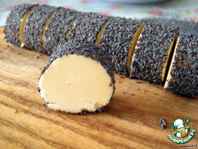 Приступим к формированию печенья. Каждую колбаску нарезаем небольшими кусочками толщиной 2 см. Рекомендую заранее приготовить для этих целей очень острый и тоненький нож. Вот так выглядит тесто в разрезе.