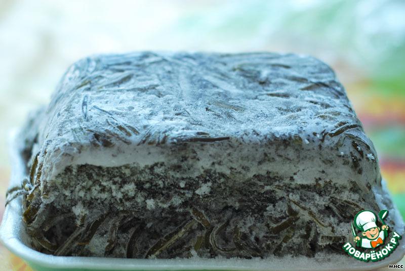 """В этом салате можно использовать готовую маринованную морскую капусту и даже консервированную в виде салата """"Дальневосточный"""" в банках.    Я же предпочитаю покупать замороженную.    Капусту отвариваем 15 минут. Затем откидываем на дуршлаг и промываем, в ней может быть песок. Обычно я мариную капусту впрок. На 1 кг отваренной капусты - 1 чайная ложка соли, 1 столовая ложка сахара и 60 мл 6% столового уксуса. Просто заливаем капусту уксусом, добавляем соль, сахар и перемешиваем. В таком виде в банке она может длительно храниться в холодильнике."""