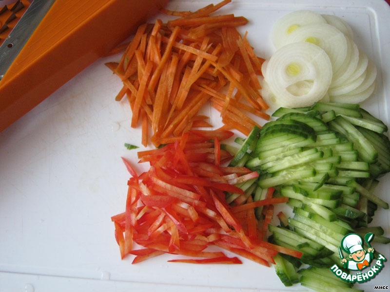 Все овощи моем, чистим и нарезаем: морковь, болгарский перец и огурец - соломкой, лук - кольцами. Удобно использовать тёрку.