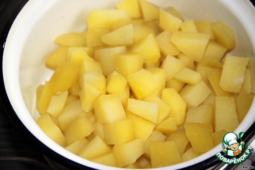 Картофель очистить, порезать кубиками и отварить в кипящей подсоленной воде 5-10 мин. Откинуть на дуршлаг.