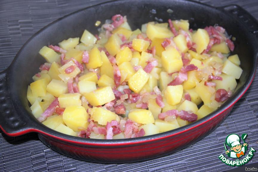 Форму для запекания смазать маслом (если нужно) и выложить в неё смешанную массу из картофеля с беконом.