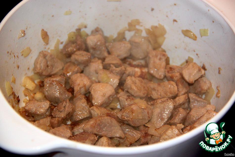 Кусочки мяса помыть, обсушить, мелко нарезать и обжарить до румяности, добавив в конце мелко нарезанную луковицу. Посолить, поперчить.