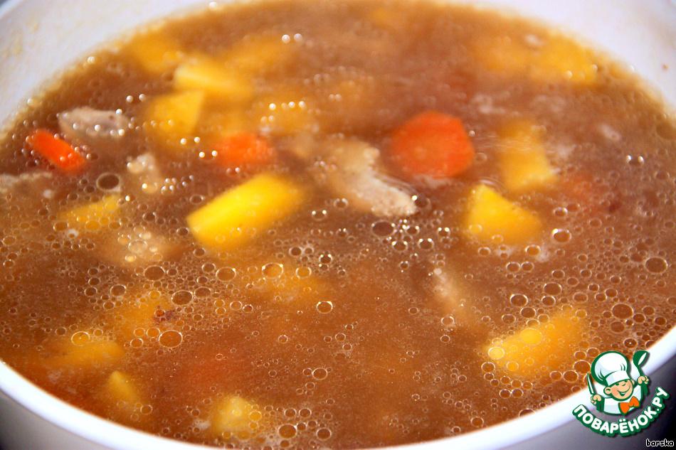 Добавить картофель и морковь, нарезанные кубиками/колечками.    Варить до готовности овощей, около 15-20 мин.