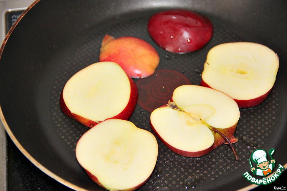 На смазанной жиром, разогретой сковороде поджарить дольки яблока с обеих сторон.