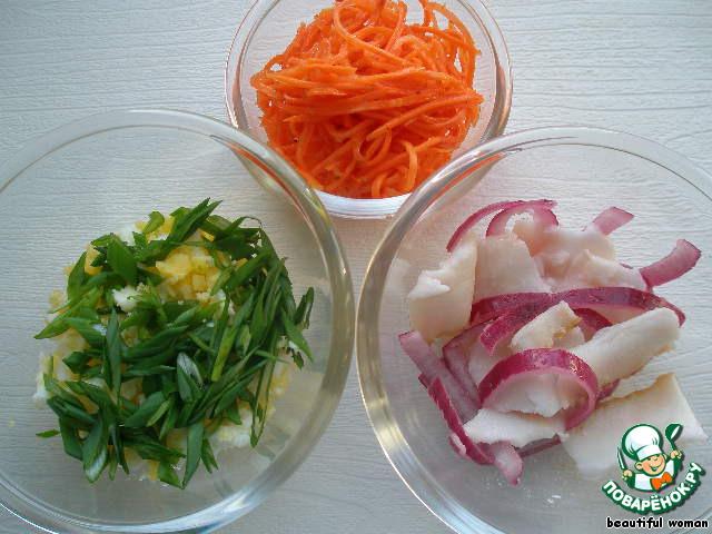 Корейская морковь домашнего приготовления. Замороженное сало, нарезанное почти прозрачными кусочками, смешать с маринованным луком и присыпать черным перцем. Салат из отварных яиц и зелёного лука, хорошо приправленных солью и сметаной.