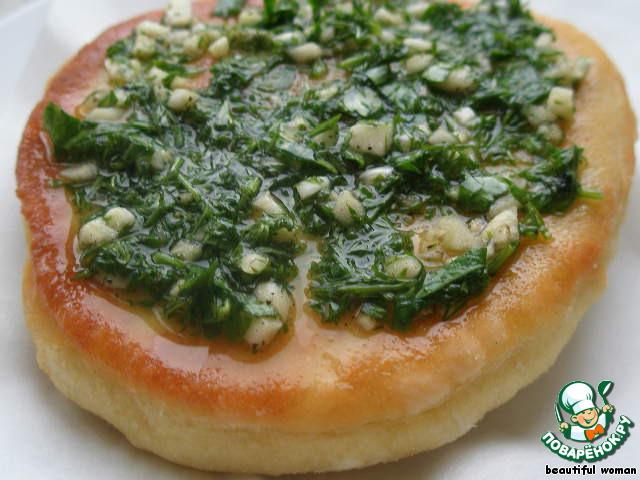 Покрыть пышку приготовленной зеленью. Очень вкусно!   Похоже на пампушки с чесноком.