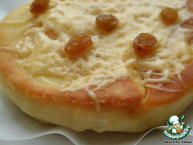 Лепёшку покрыть тертым сыром и ягодами изюма, поставить в микро до расплавления сыра. Вкусно есть горячими.
