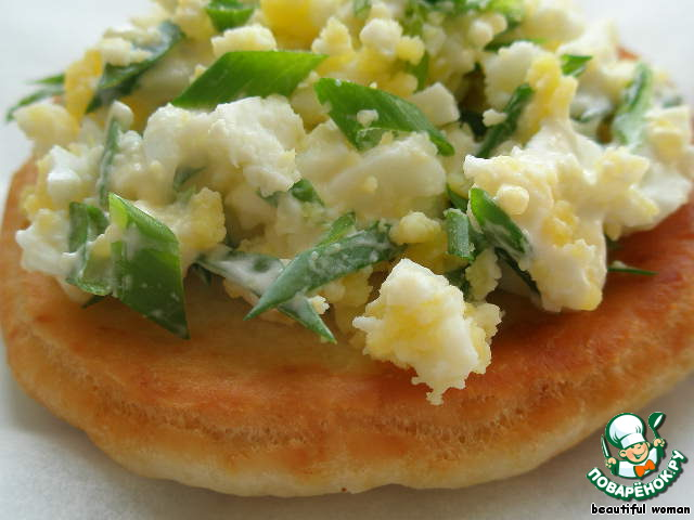 Приготовить салат из яиц и зелёного лука с добавлением сметаны. Весной вместо лука я кладу черемшу. Вкусно и очень сытно.