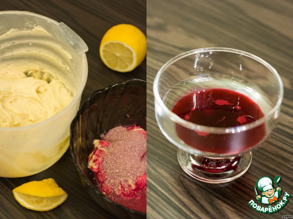 В три приема вмешать муку и сливки (сметану). Из небольшого кусочка натертой свежей свеклы отжать сок, примерно столовую ложку, добавить в нее лимонный сок (1-2 ч. л.). Это нужно для того, чтобы свекла не потемнела при выпечке. Отложите 1/4 часть теста в другую емкость и добавьте свекольно-лимонный сок. Перемешайте. Это будет тесто для сердечек.