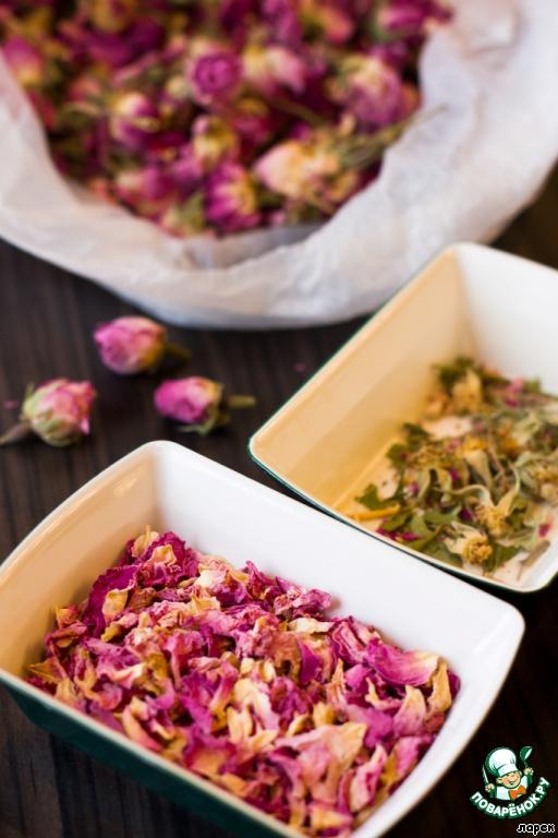 В розовое тесто я еще добавляла пудру из засушенных чайных роз. Купить такие бутоны можно в любом чайном магазине. Их надо перебрать, отделив лепестки, и измельчить в кофемолке.