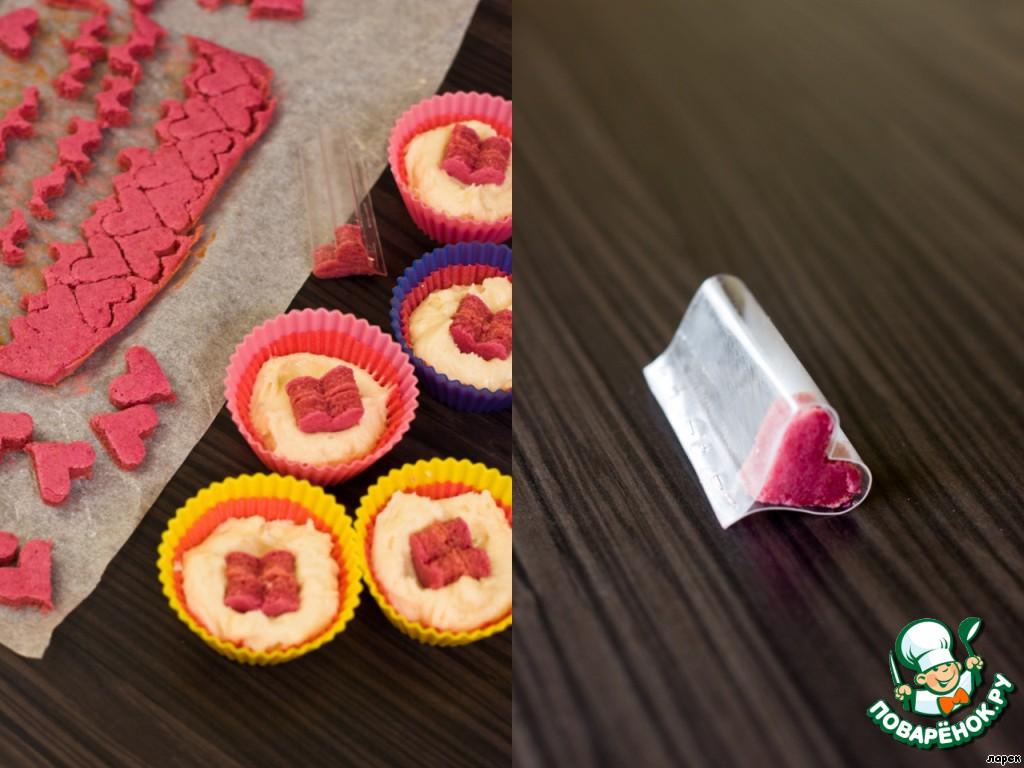 """Пока выпекается розовое тесто, из пластиковой бутылки вырежьте полоску и сделайте вот такую маленькую формочку для вырезания сердечек. Согните полоску пополам, потом выверните в другую сторону и закрепите степлером. Достаньте розовое тесто из духовки, вынесите его на балкон - там оно очень быстро остынет (минус 30 - это не шутка!), в формочки для кексов положите бумажные вкладыши и немного светлого теста на дно. Теперь все просто - вырезаем из розового теста сердечки, вдавливаем их слегка в тесто (я вставляла по две штучки) и сверху еще ложечку светлого теста. Да, не забудьте сделать надсечки на бумажных вкладышах, для того, чтобы потом безошибочно кусать в """"нужном"""" направлении.))) Выпекать до готовности примерно 20 минут при 180 градусах.    Остались мелочи, которые можно перенести на утро - взбить сливки с сахарной пудрой и чайной ложкой свекольного сока и украсить наши кексы пышной розовой шапочкой.     Ну вот и все - дольше писать, чем готовить. ))    С праздником!"""