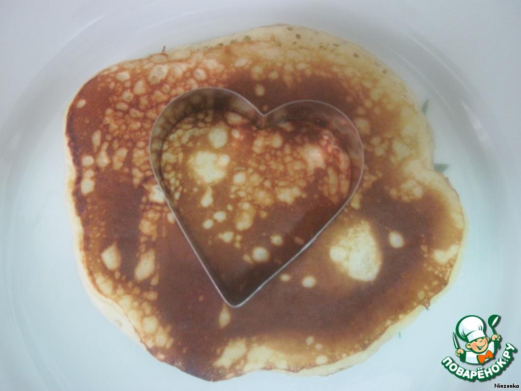Затем с помощью формы в виде сердца вырезаем сердечки из каждого центра.