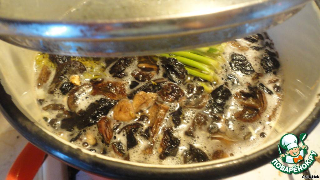 В фасолевый бульон положить грибы, корень петрушки, лавровый лист, луковицу. Я еще положила «хвост» от пучка укропа.