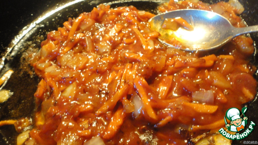 Когда зажарка почти готова, добавляем томатный соус или разбавленную томатную пасту. Слегка прижариваем, постоянно мешая, и тоже отправляем в борщ.