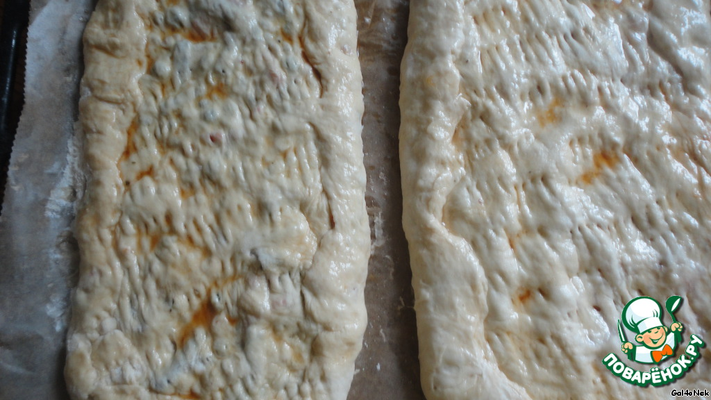 Накрываем тонким пластом теста, защипываем края, накалываем верх вилкой и промазываем соево-масляной эмульсией.