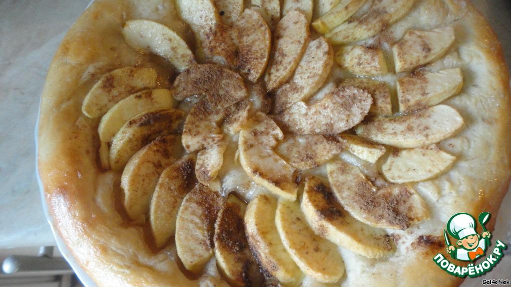"""Еще я сделала сладкий пирог с яблоками и корицей (на тесто выложила ломтики яблок, засыпала сахаром и корицей). Края этого пирога я промазала сахарным сиропом. На фото уже готовый пирог, конечно, начинка вышла не сильно красивой, но от этого не менее вкусной. С этим пирогом муж и доця """"расправились"""" за 15 минут."""