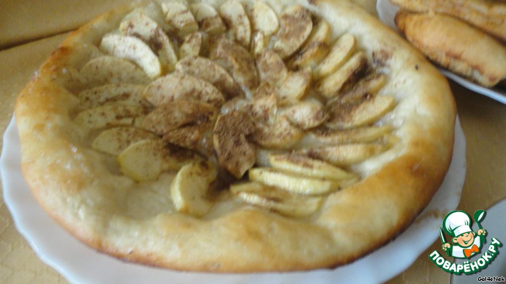 А на десерт – пирог с яблоками.