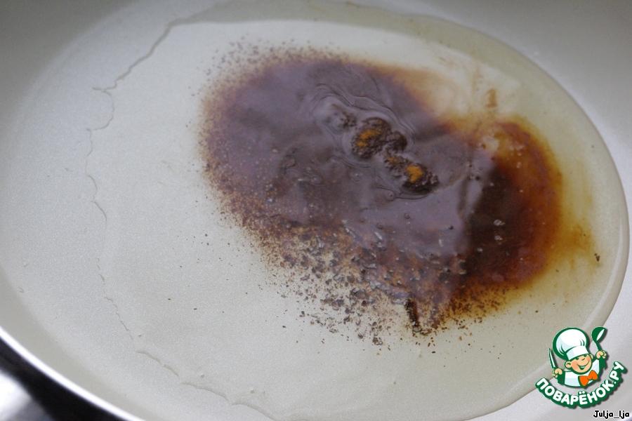 Растительное масло разогреваем на сковороде. Кладём кардамон и корицу.