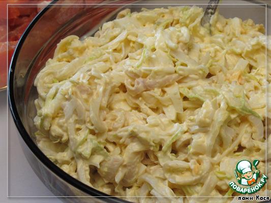 Все, считайте, салат готов. Заправляете по желанию. Привычнее, конечно, майонезом, но это кто как ест, кто как любит. Соль, перец - тоже по вкусу.
