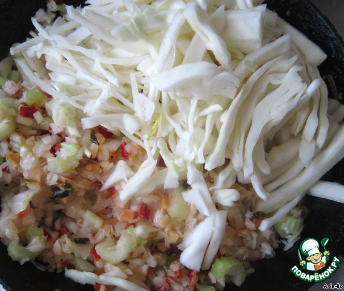 Добавляем квашенную капусту и свежую тонко нашинкованную капусту, добавляем томатную пасту и сразу снимаем с огня, чтобы свежая капуста не стала слишком мягкой.