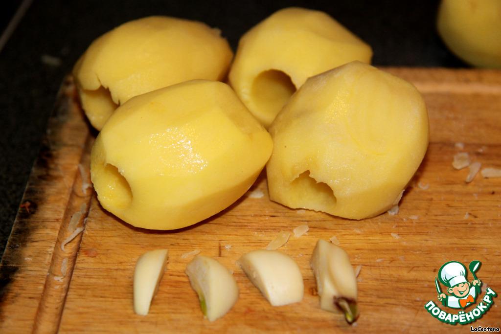 Большой зубчик чеснока разрезала на 4 части.