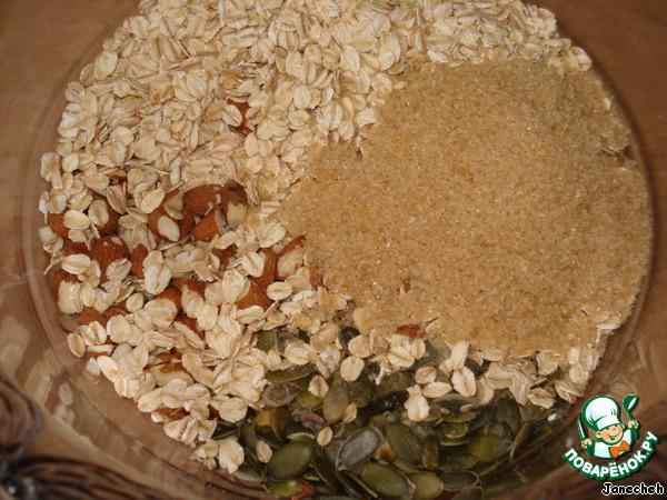 В другой чашке соединить овсяные хлопья, миндаль, нарезанный на кусочки, соль, тыквенные семечки, мускатный орех, коричневый сахар.