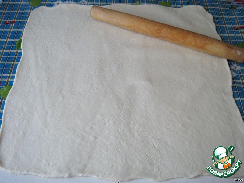 Раскатайте тесто в пласт толщиной около 5 мм. У меня даже не требовалось подсыпать муки, раскатывалось бесподобно.