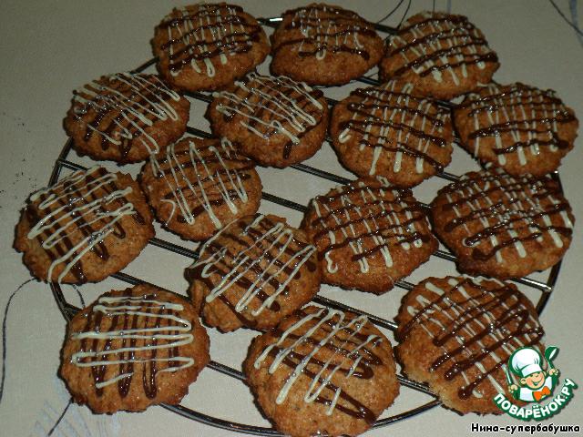 Готовое печенье выложить на решетку, пока не остынет. Можно украсить печенье шоколадной сеточной.
