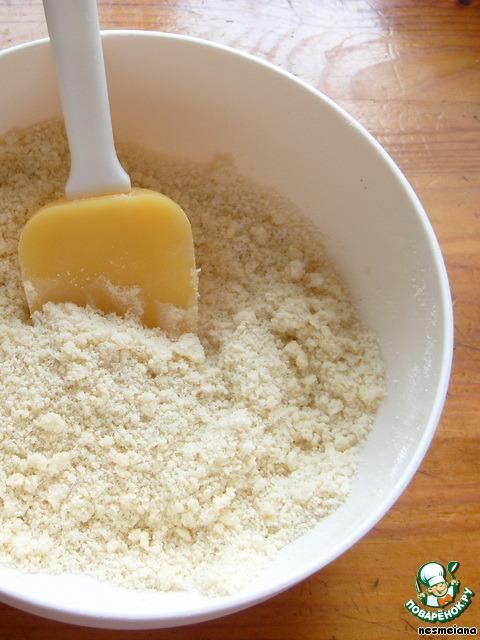 Затем добавляю к этой смеси размягченное сливочное масло (если не успело достаточно нагреться, я ставлю его на 5-10 секунд в микроволновку). И растираю его лопаткой в крошку. Можно, конечно, заменить масло маргарином, но с маслом лучше.