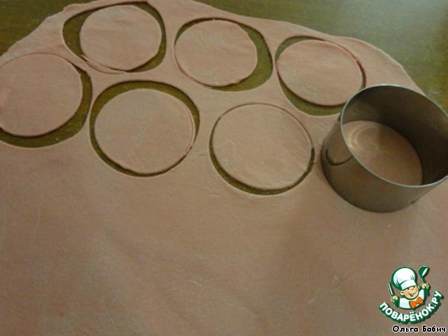 Раскатать тесто в тонкий пласт.   Вырезать кружки (это можно сделать стаканом)