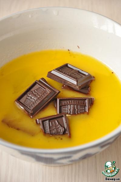 Масло растопить в микроволновке.   Разломать плитку шоколада, положить в масло, дать растаять и перемешать